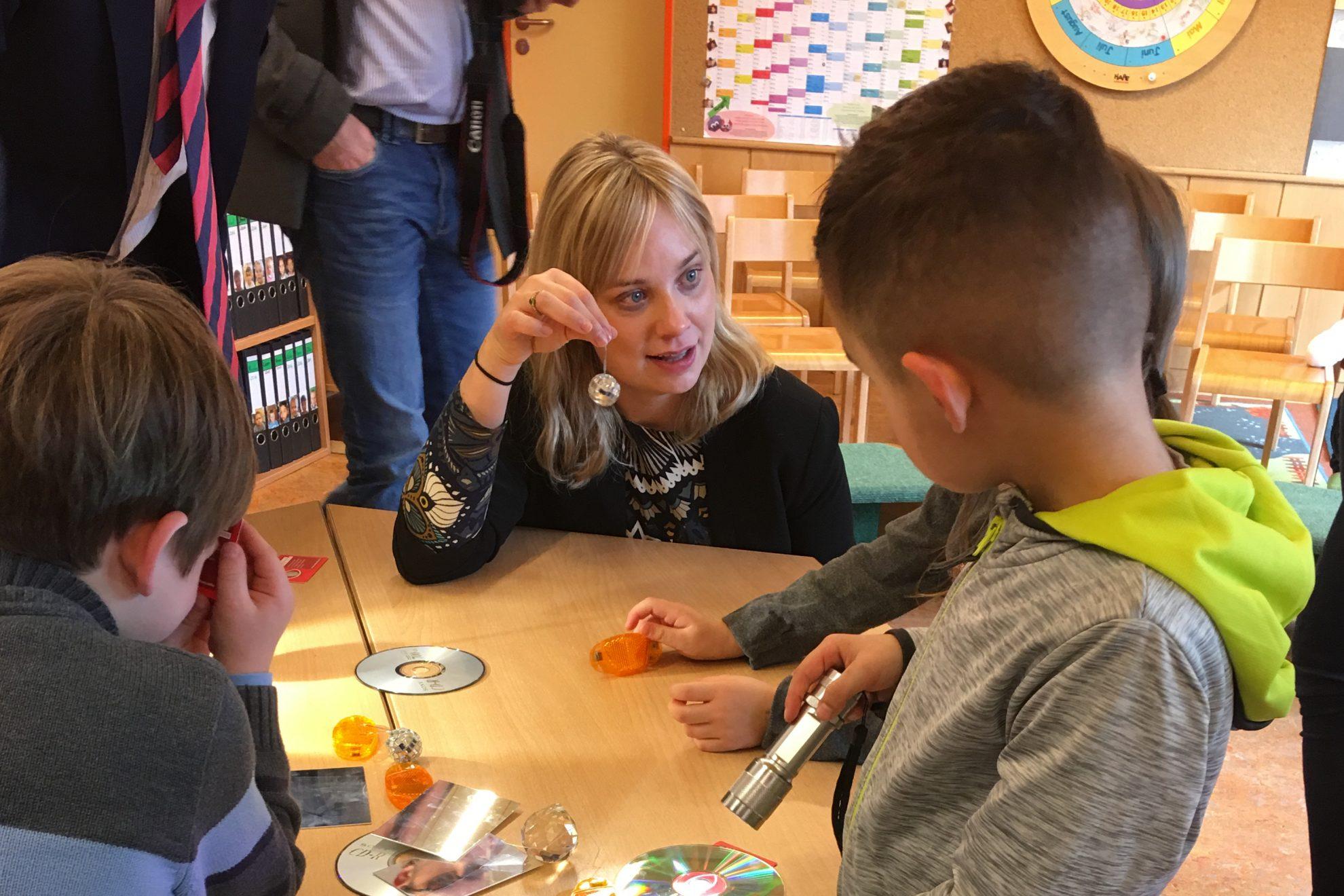 Marja-Liisa Völlers experimentiert zusammen mit Kindern