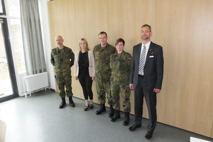 MdB Völlers (2.v.l.) mit den Dienststellenleitern des Bundeswehrstandortes Nienburg