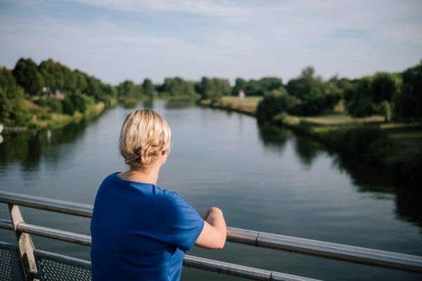 Marja-Liisa Völlers auf der Weserbrücke Nienburg. Foto: Büro Völlers